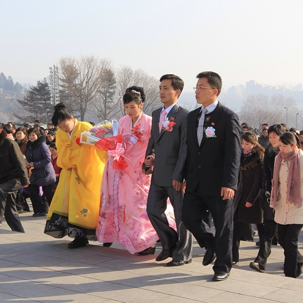 North Korean newlyweds at Mansu Hill in Pyongyang.(newsjean/Instagram)