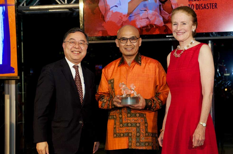 L to R: Asia Society Co-Chair Ronnie Chan, Indonesian Ambassador to the UN Desra Percaya, and Asia Society Co-Chair Henrietta Fore. Amb.  Percaya accepted the Asia Game Changer award on behalf of Kuntoro Mangkusubroto. (Ann Billingsley/Asia Society)