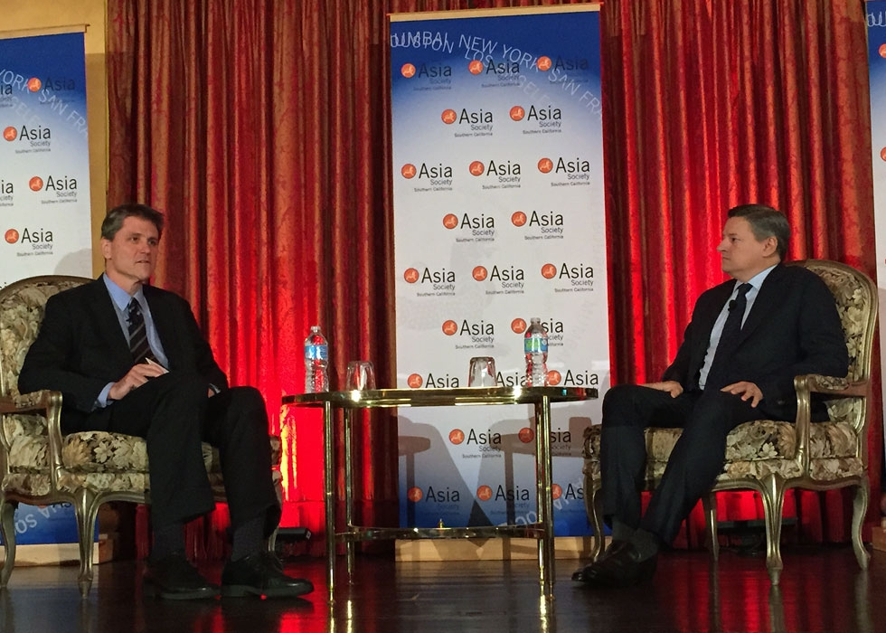 Asia Society Executive Vice President Tom Nagorski (L) and Netflix Chief Content Officer Ted Sarandos (R) at the U.S.-China Film Summit in Los Angeles on Nov. 5, 2014. (Jonathan Landreth/Asia Society)