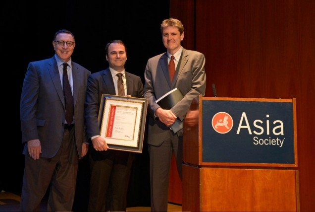 2014 prize winner Jason Szep (C), jury chair Norman Pearlstine (L) and Asia Society Executive Vice President Tom Nagorski. (Elsa Ruiz/Asia Society)