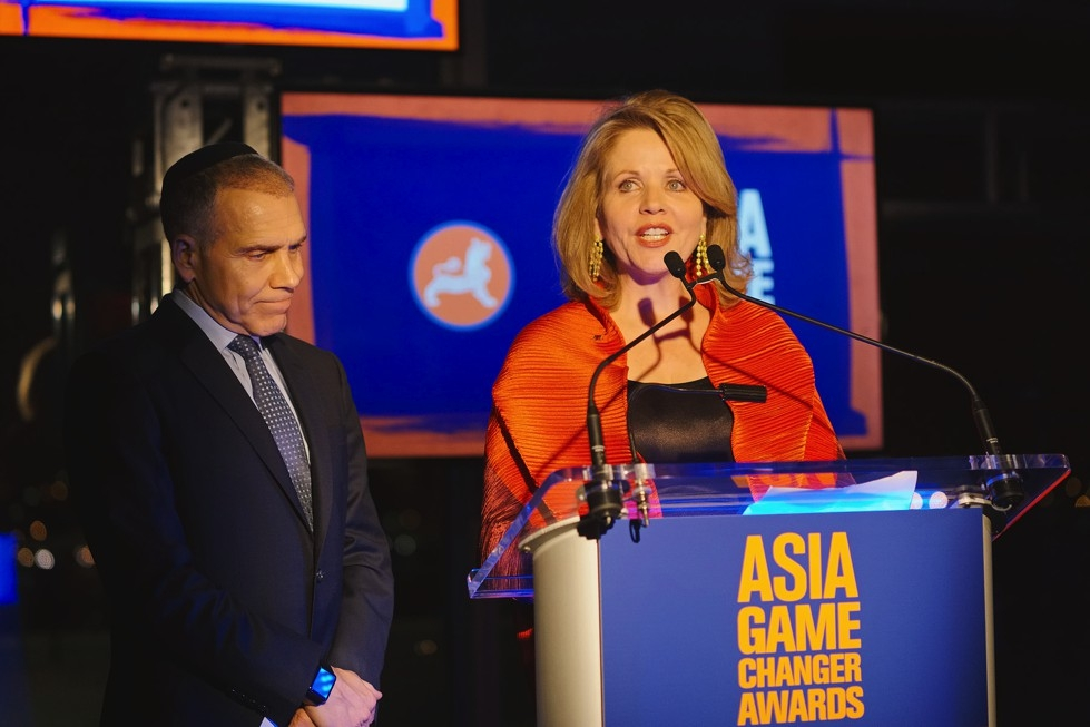 Asia Society trustees Mitch Julis and Renée Fleming present an award at the 2015 Asia Game Changers awards ceremony on October 13, 2015. (Jamie Watts/Asia Society)