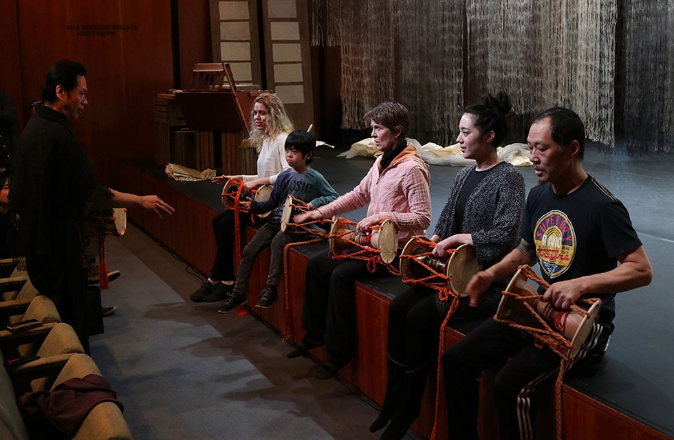 Noh drummer Shonosuke Okura teaches drumming techniques during a workshop on March 26, 2016. (Ellen Wallop/Asia Society)