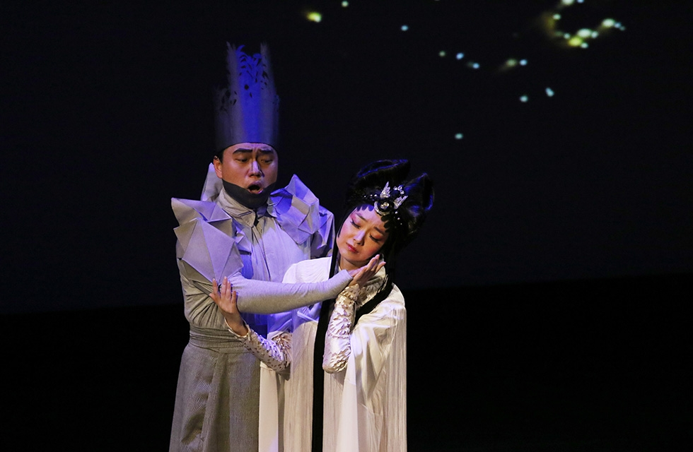 Opera singers Yi Li (left) and Qian Yi perform during a demonstration of 'Paradise Interrupted' on April 5, 2016. (Ellen Wallop/Asia Society)