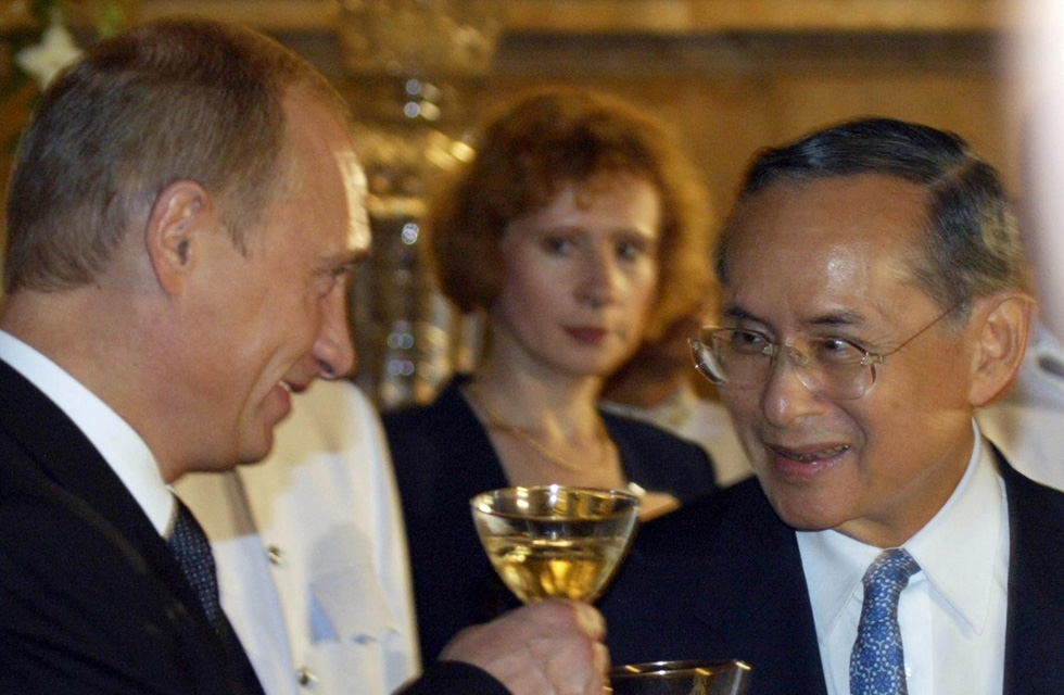 Russian President Vladimir Putin (L) and Thailand King Bhumibol Adulyadej make a toast during the official reception in the Royal palace in Bangkok, October 22, 2003. (Mladen Antonov/Getty Images)