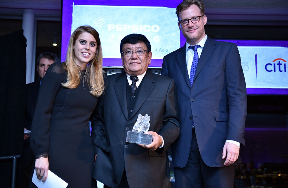 Princess Beatrice of the United Kingdom and Charles Rockefeller present Sanduk Ruit (C) with his Asia Society Asia Game Changer award at the United Nations in New York on October 27, 2016. (Jamie Watts/Asia Society)