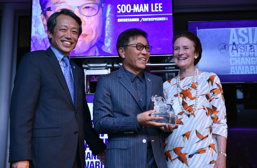 Henrietta H. Fore (R) and Kim Won-Soo (L) presents Soo-Man Lee with an Asia Game Changer Award at the United Nations on October 27, 2016. (Jamie Watts/Asia Society)