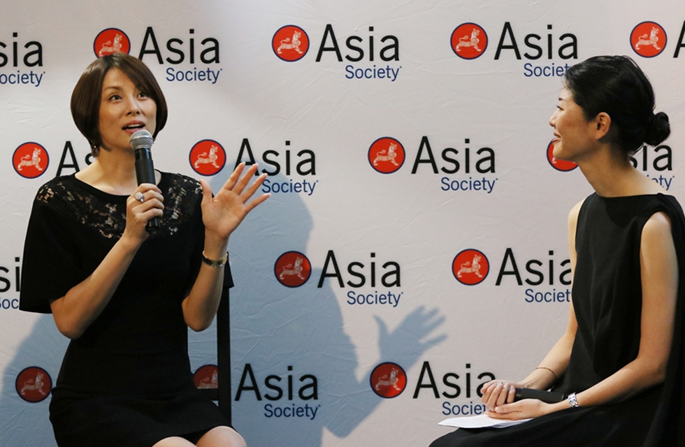Actress Ryoko Yonekura speaks with Asia Society's Masako Shiba at a special private event at Asia Society New York on June 27, 2017. (Ellen Wallop/Asia Society)