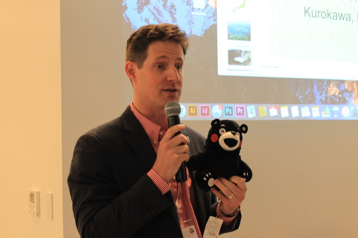 Mark Frey, formerly of the JETAANC Executive Committee, introduces Kumamon, the official mascot of Kumamoto. (Minlu Gan/Asia Society)