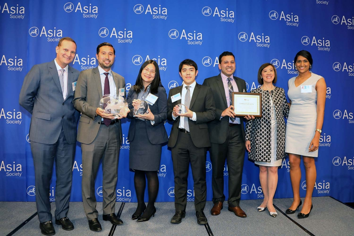 Philip Han (L2) and Suzzanne Yao (R3) on behalf of Goldman Sachs receive the award for Best Employer for APAs to Develop Workforce Skills. (Ellen Wallop/Asia Society)