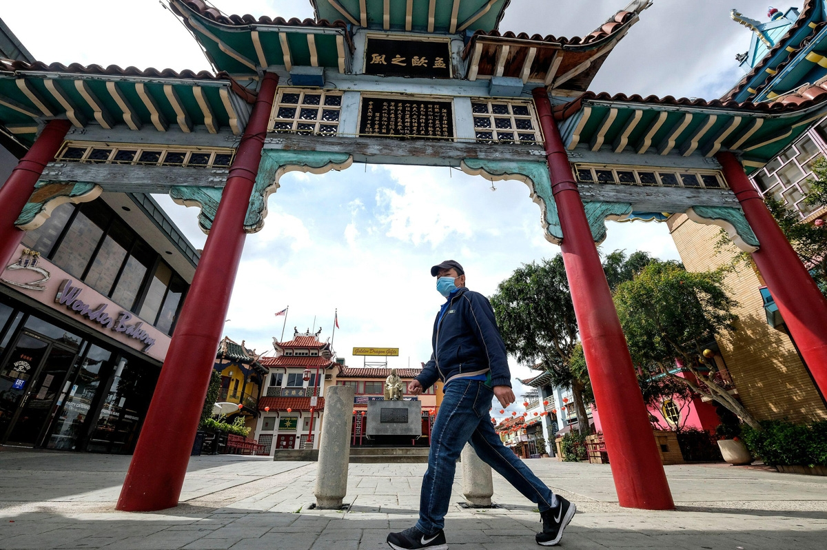 A man wearing a mask walks past Chinatown main plaza in Los Angeles, Wednesday, April 8, 2020. Credit: Ringo Chiu/ZUMA Wire/Alamy Live News