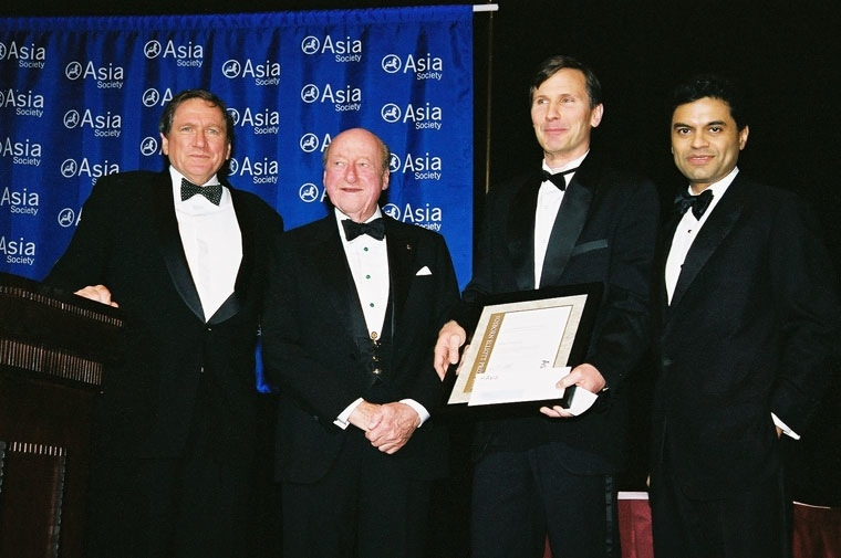 2004 prize winner John Pomfret (second from right) with, from left, former Asia Society Chairman Richard Holbrooke, Osborn Elliott and Fareed Zakaria. (Elsa Ruiz/Asia Society)
