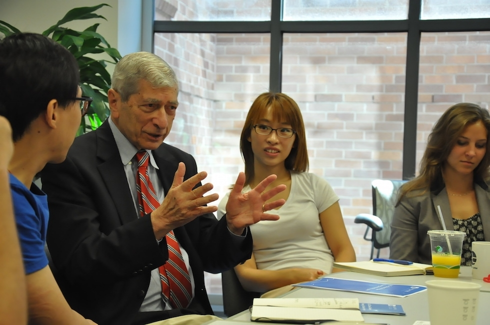 American journalist Marvin Kalb (second from the left) speaks at the Pulitzer Center on Crisis Reporting about the changing landscape of news in the United States. (Zhangbolong Liu & Zhu Xi/Washington D.C.)