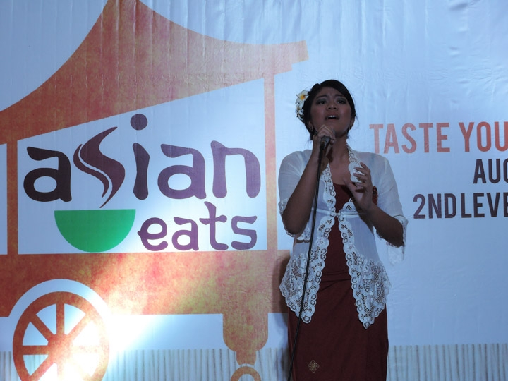 Amalia Rachmah performing a contemporary Indonesian ballad