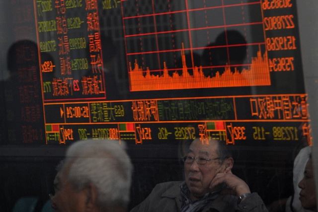 Investors view stock index as Chinese shares dove amid fears of an economic slowdown. (China Photos/Getty Images)