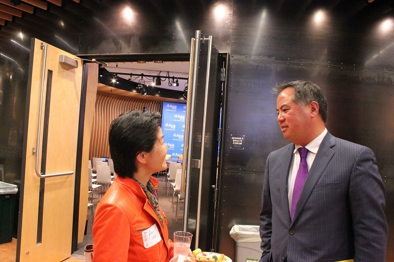 Assemblymember Ting speaks with an audience member after the event. (Yiwen Zhang/Asia Society)