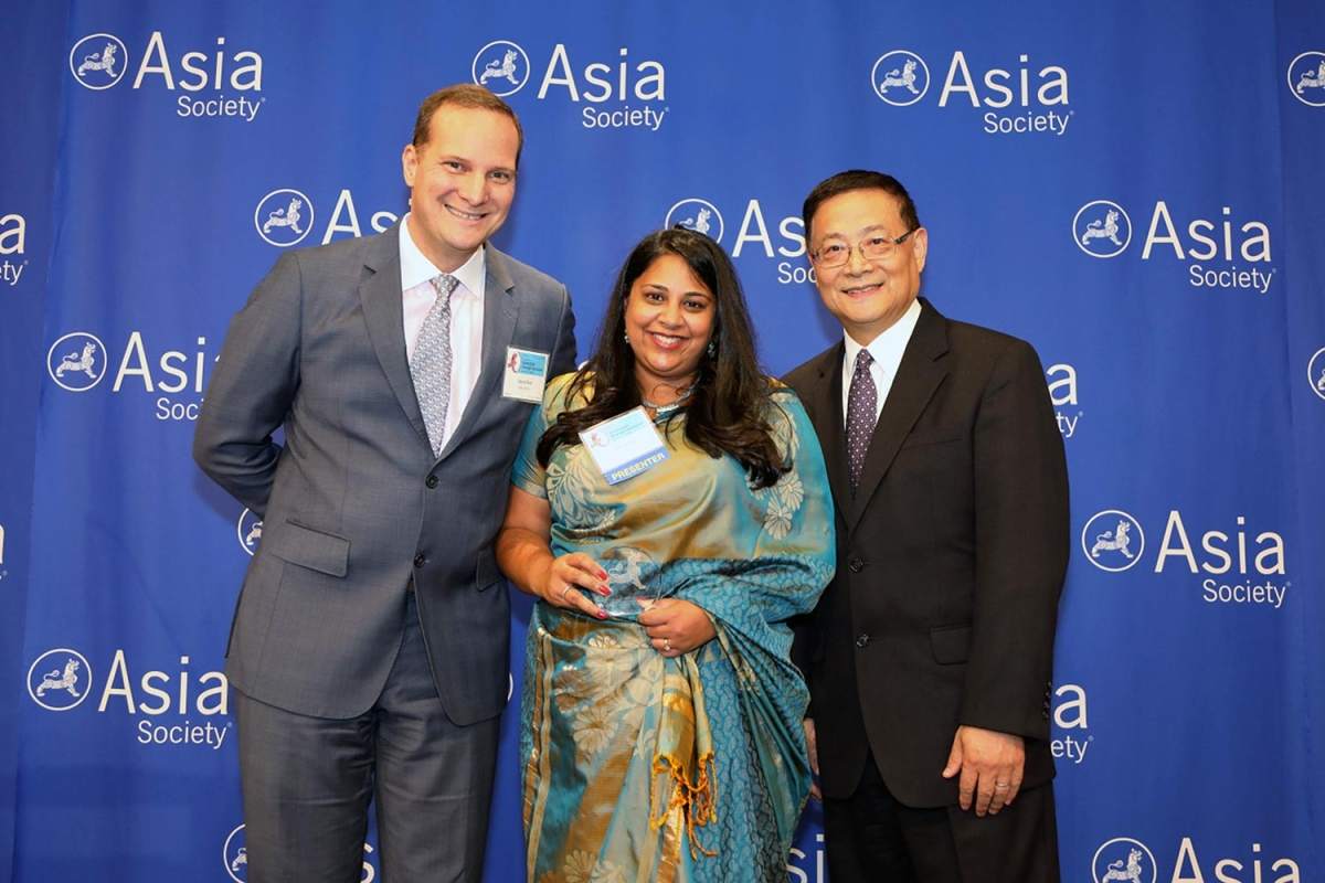 Rekha Rao (L2) on behalf of Colgate-Palmolive Company receives the award for Noteworthy Performance: Best Employer for Asian Pacific Americans to Develop Workforce Skills. (Ellen Wallop/Asia Society)