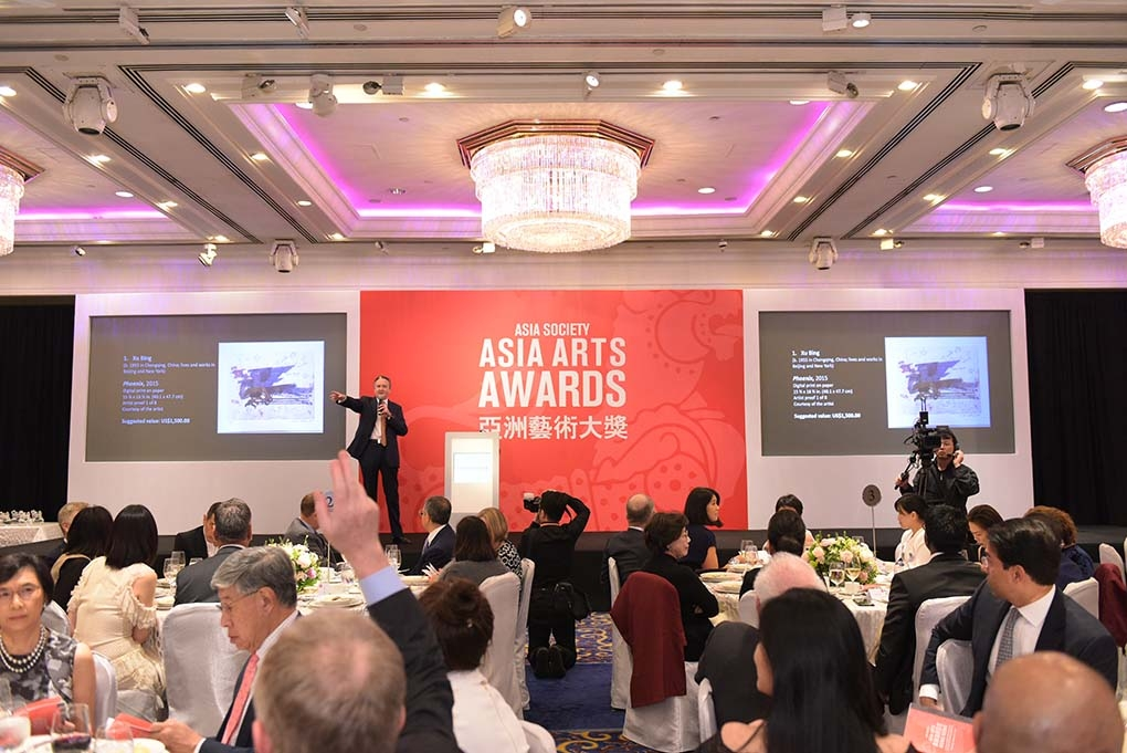 Auctioneer Jonathan Stone taking live bids in the JW Marriott Ballroom for the 2017 Asia Arts Awards Hong Kong auction.