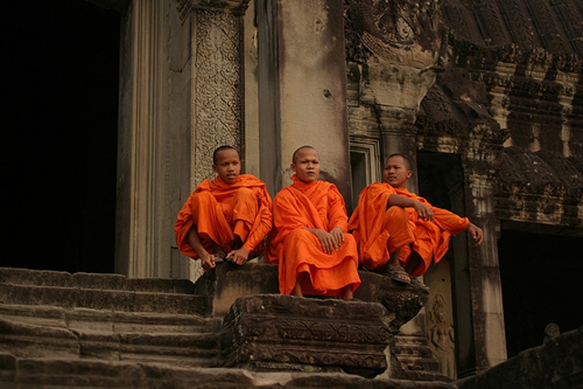 Monks at Angkor Wat (Beggs/Flickr)