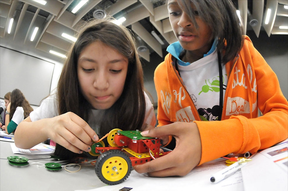 Students working on STEM skills (argonne/Flickr)