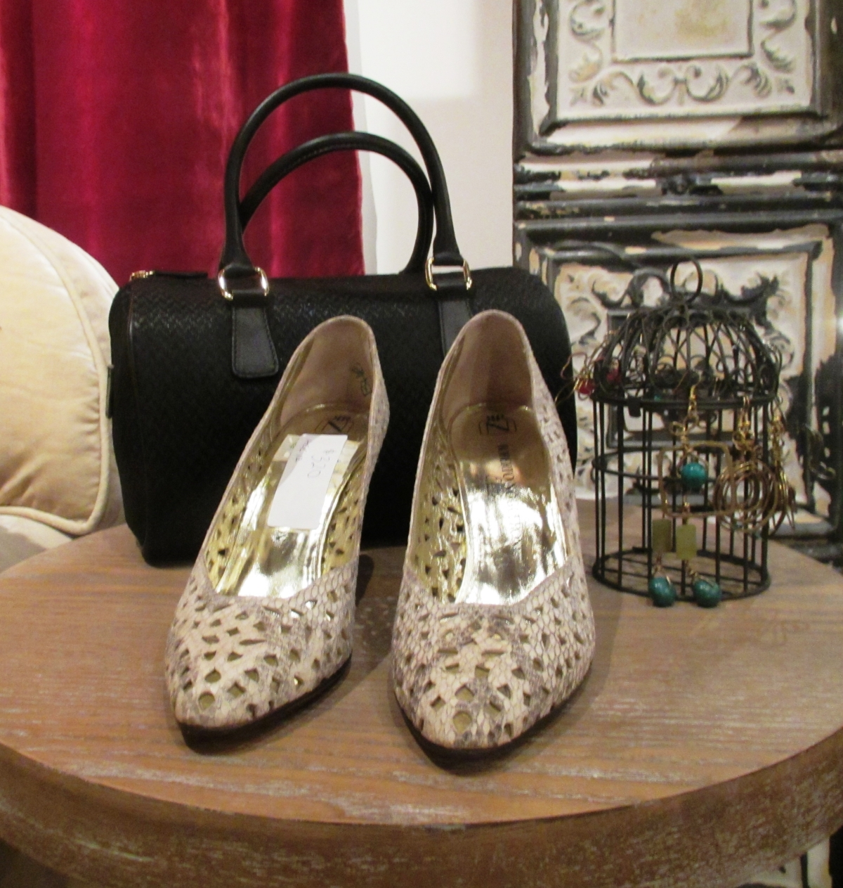 Vintage high heels (Kaileeni), black handbag (B. Mori) and earrings (Cukimber)