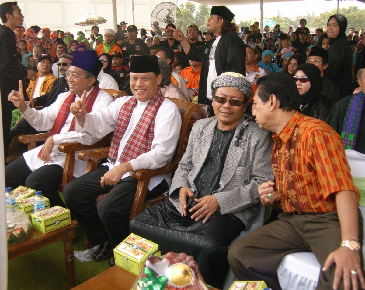 Jakarta governor candidates Adang Daradjatun and Dani Anwar sit next to Fadloli Muhir. (squid697/Flickr)