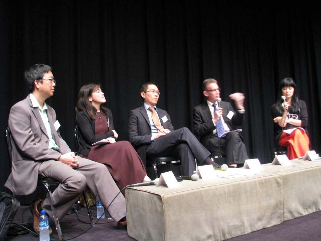 Panelists from the public and private sectors debate measures needed to reduce Hong Kong's air pollution on May 17, 2010. (7 min., 29 sec.)