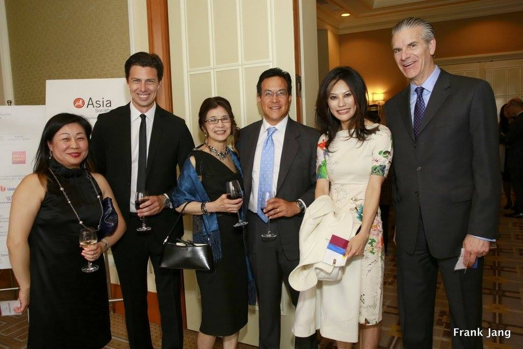 Darlene Chiu Bryant, ChinaSF; Lilly Huang, Silicon Valley Bank; Chris Cooper, Sequoia Capital; Wendy Soone-Broder, Asia Society Northern California; and other guests enjoy the pre-dinner reception (Frank Jang Asia Society)