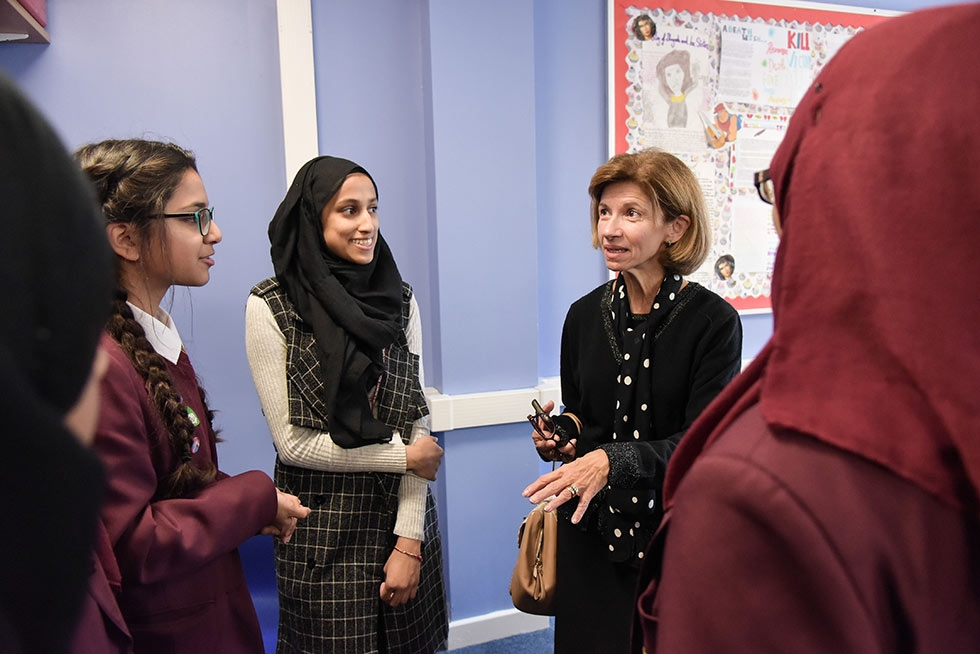 Mulberry School for Girls students speak with a Global Cities Education Network member during the 2016 London Symposium. (Philip Meech/Asia Society)
