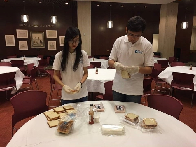 Young Scholars Zhuo Yaqin and Ma Xing package sandwiches for the homeless as part of the Friday morning breakfast program at Central Synagogue, in New York. (Jenny Xu)