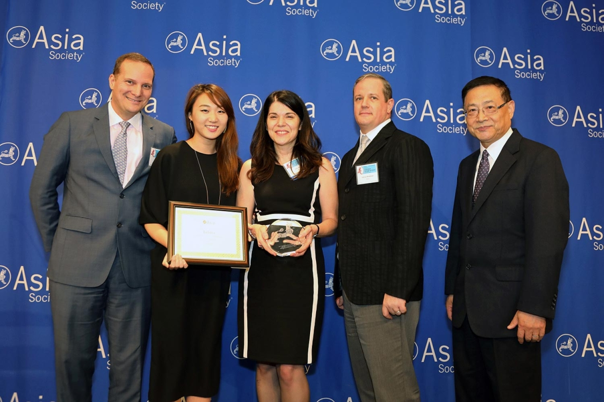 Amy Rosen (L3) on behalf of Telstra receives the award for Distinguished Performance: Best Employer for #LGBT Asian Employees. (Ellen Wallop/Asia Society)
