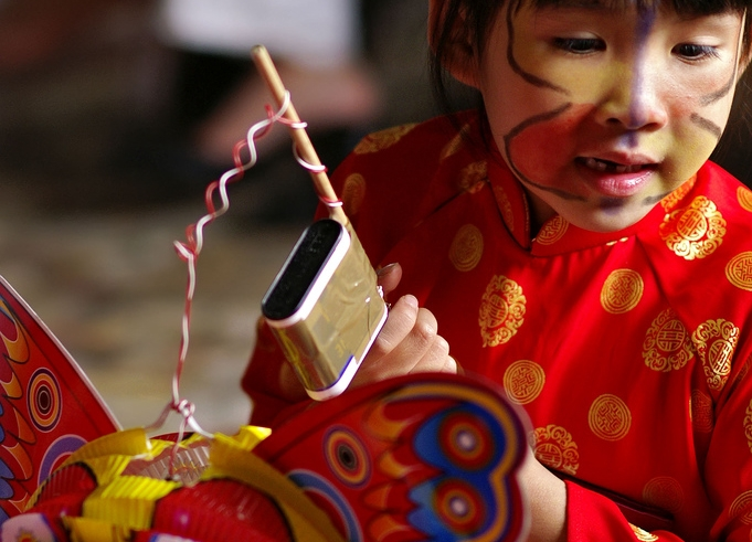 A little girl gets her lantern ready during the Tet celebration (pixiduc/Flickr)