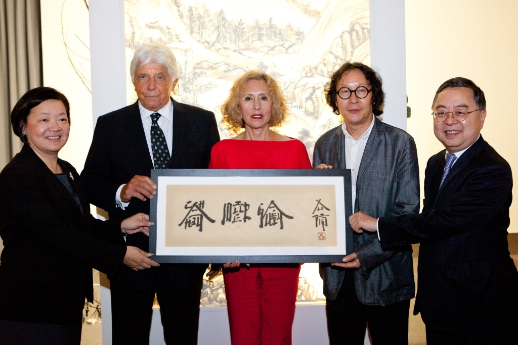 Ronnie C. Chan (first from the right), Co-Chair of the Asia Society and Chairman of the Asia Society Hong Kong Center and S. Alice Mong (first from the left), Executive Director of Asia Society Hong Kong Center presented a monograph by contemporary Chinese artist Xu Bing (second from the right) written in the artist's signature Square Word Calligraphy to Robert (second from the left) and Chantal Miller (center).