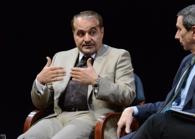 Former Iranian nuclear negotiator Hossein Mousavian (center) speaks with former U.S. nuclear negotiator Robert Einhorn during an event at Asia Society on December 17, 2013. (Kenji Takigami)