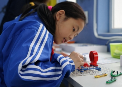 A student works at a Hangzhou primary school.