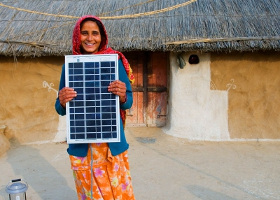 Shahnaz - Woman and solar panel Rajasthan - Knut Erik Helle - Flickr