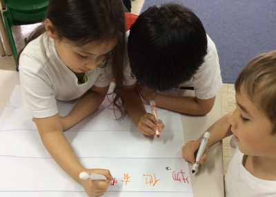 Students write a story together (CIS Hong Kong)