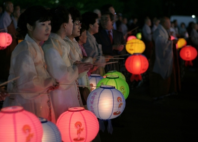 Praying with lanterns (lets.book/Flickr)
