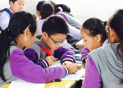 Primary students in Shanghai working as a team. (Apoorvaa Joshi/Asia Society)