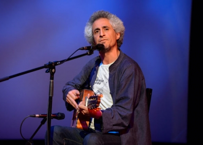 Mohsen Namjoo performs a sold-out concert. (Elsa Ruiz/Asia Society)