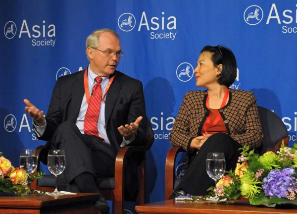 Ambassador Christopher Hill (L), former Assistant Secretary of State for East Asian and Pacific Affairs, and Nguyen Thi Thanh Ha of the Ministry of Foreign Affairs of Viet Nam on March 13, 2013. (Elsa Ruiz/Asia Society)