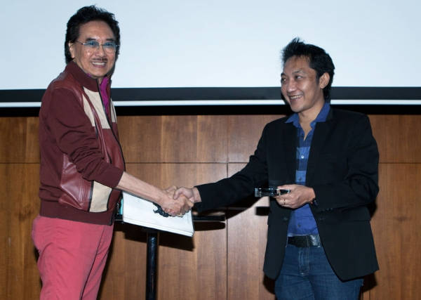 Indonesian collector Deddy Kusama (L) presenting the award to artist Nyoman Masriadi. (Eric Powell/Asia Society)