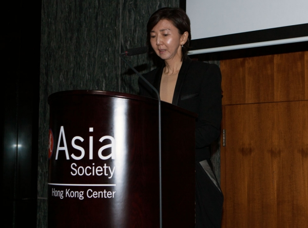RaYoung Hong, Deputy Director, Leeum, Samsung Museum of Art, introducing honoree Lee Ufan. (Eric Powell/Asia Society)