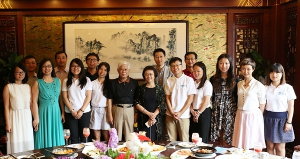 Advisory Board members and program organizers meet the 2015 Young Scholars at the kick-off banquet in Beijing. (Jia Qiuyang/Beijing)