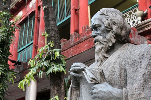 Statue of Indian poet, playwright, musician, and artist Rabindranath Tagore (1861–1941) at Tagore House in Kolkata. (kittell/Flickr)