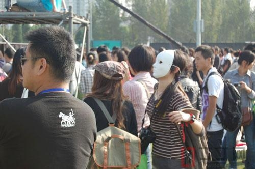 Keeping the sun away with masks at the Shanghai Jazz Festival. (ddmap)