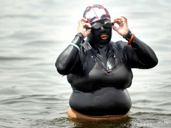 A woman in a full-body wet suit, for complete protection from the sun, in Chaoyang, China on July 5, 2012. (PCAuto)
