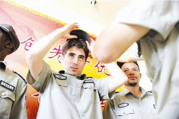 """Jahad"" from Afghanistan dons his new official cap as Hefei's new urban management officer. (Hubei News)"