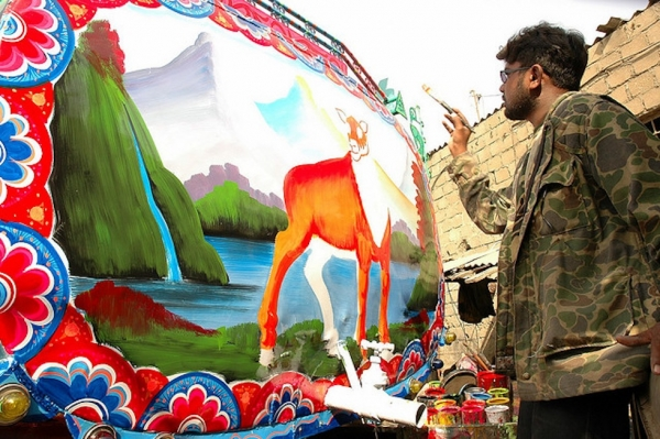 Haider Ali, who has had his work displayed in the Smithsonian, often hailed Pakistan's finest Truck Artist, at work in Karachi. (Umair Mohsin/Flickr)
