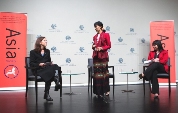 Myanmar parliamentarian Aung San Suu Kyi with co-moderators Colette Rausch, Director, USIP Rule of Law Center (L) and Suzanne DiMaggio, Asia Society VP, Global Policy Programs (R) at the U.S. Institute of Peace in Washington, D.C., Sept. 18, 2012 (Asia Society/Joshua Roberts)