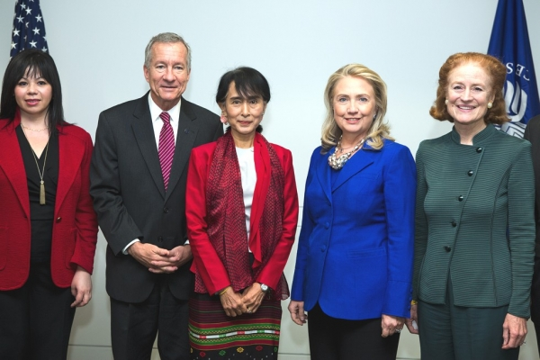 Asia Society VP of Global Programs Suzanne DiMaggio (L), Jim Marshall, President, United States Institute of Peace, Aung San Suu Kyi, Secretary of State Hillary R. Clinton and Asia Society Co-Chair Henrietta Fore pose for a photograph at the U.S. Institute of Peace, Sept. 18, 2012. (Asia Society/Joshua Roberts)